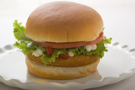 hamburguesa de pollo: Hamburguesa de pollo con tomate, lechuga, mayonesa y salsa de tomate