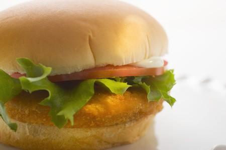 hamburguesa de pollo: Hamburguesa de pollo con tomate, mayonesa y lechuga