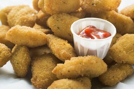 nuggets de poulet: Nuggets de poulet avec du ketchup LANG_EVOIMAGES