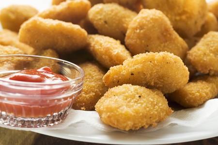 nuggets de poulet: Beaucoup de nuggets de poulet avec du ketchup sur la plaque LANG_EVOIMAGES
