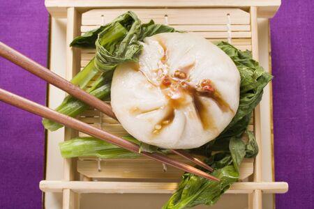hoisin sauce: Filled yeast dumpling with Hoisin sauce on pak choi (Thailand) LANG_EVOIMAGES