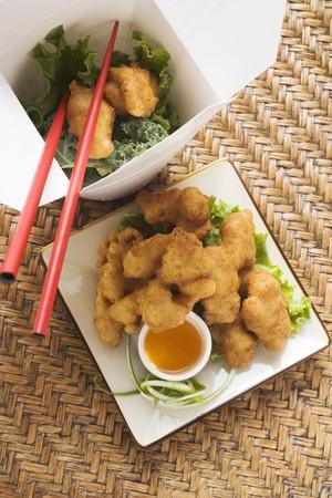 nuggets de poulet: Nuggets de poulet asiatiques avec de la sauce � l'abricot � emporter
