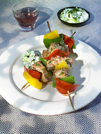 tunafish: Tuna and pepper kebabs with herb yoghurt LANG_EVOIMAGES