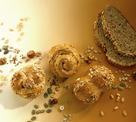 several breads: Various wholemeal rolls and slices of bread LANG_EVOIMAGES