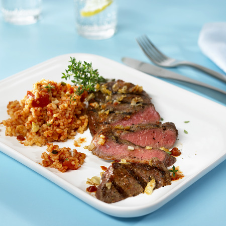 qs: Barbecued rump steak with bulgur and tomato salad