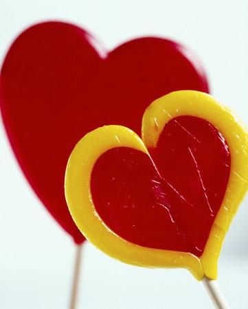 gelb: Zwei Lollipops aus Zucker, rot und gelb LANG_EVOIMAGES