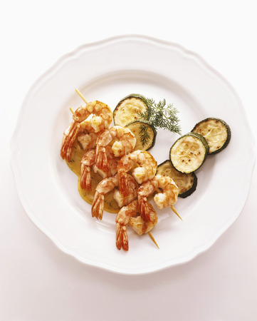 cocozelle: Two shrimp kebabs with fried courgette slices and dill