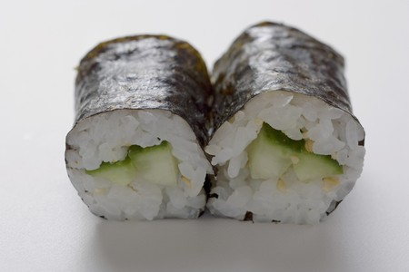 maki sushi: Deux maki sushi avec du concombre