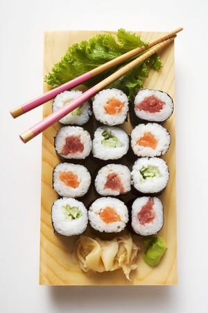 maki sushi: Maki sushi avec le poisson et le concombre � bord de sushi LANG_EVOIMAGES