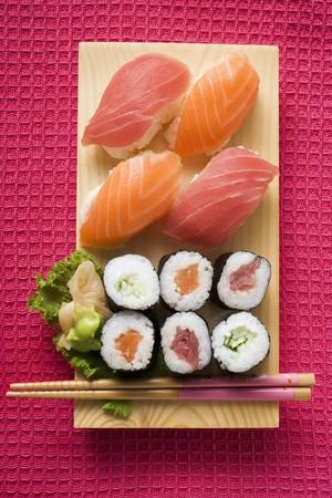maki sushi: Maki sushi et nigiri sushi sur la carte de sushi