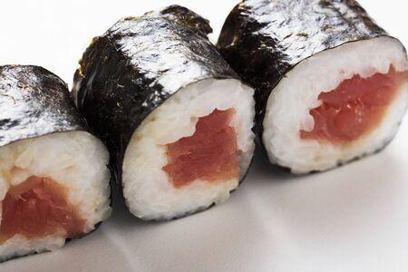 maki sushi: Trois maki sushi au thon
