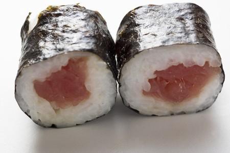 maki sushi: Deux maki sushi au thon LANG_EVOIMAGES