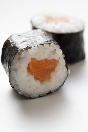 maki sushi: Deux sushi maki au saumon LANG_EVOIMAGES