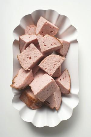 albondigas: Picadas Leberkse (un tipo de pastel de carne) en el plato de papel