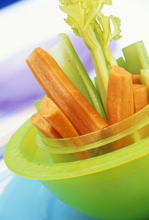 crudite: Raw carrot- and celery sticks in green bowl LANG_EVOIMAGES