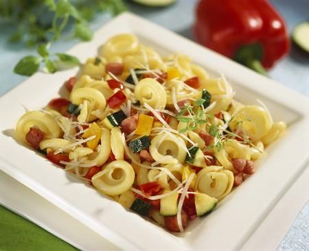 pancetta cubetti: Tortellini con verdure e pancetta a dadini