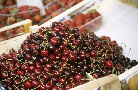 market stall: Cherries on a market stall LANG_EVOIMAGES