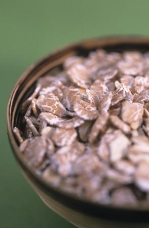 avena en hojuelas: Copos de avena en un taz�n