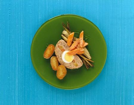 albondigas: Pastel de carne con relleno de huevo