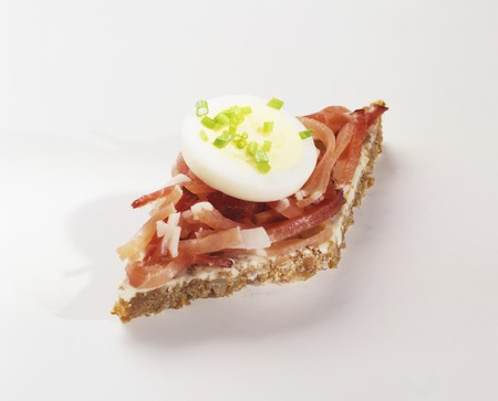 amuse: Canapé: strips of bacon & slice of egg on wholegrain bread LANG_EVOIMAGES
