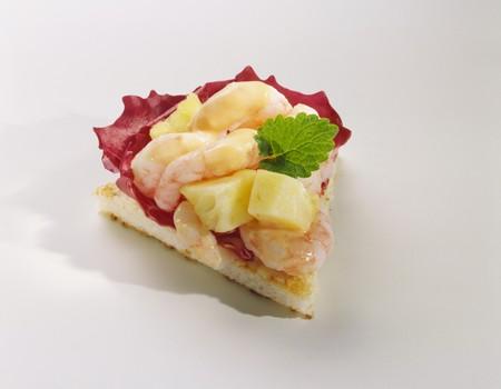 amuse: Canapé: shrimps and pineapple on toast LANG_EVOIMAGES