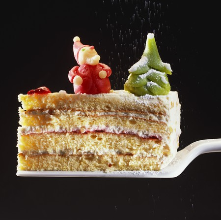 cream on cake: Un pedazo de pastel de crema con adornos navide�os