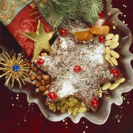 spice cake: Star-shaped spice cake with Christmas decorations LANG_EVOIMAGES