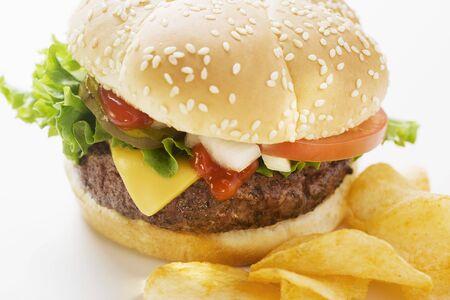 potato crisps: Cheeseburger with potato crisps LANG_EVOIMAGES