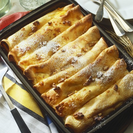 free me: Cr�pes with vanilla cream and nuts in baking dish LANG_EVOIMAGES