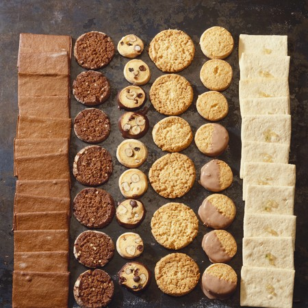 cookie sheet: Christmas biscuits in rows on a baking sheet LANG_EVOIMAGES