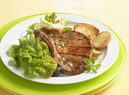 grilled pork chop: Grilled pork chop with fried potatoes LANG_EVOIMAGES