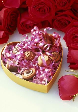 rosas rojas: Chocolates en forma de coraz�n caja, rosas rojas