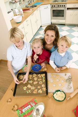 3 4 length: Mother and three children baking biscuits LANG_EVOIMAGES