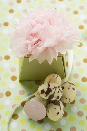 oeufs en chocolat: Un cadeau avec des ?ufs en chocolat marbr�s