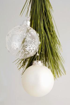 branche pin: Deux boules de No�l sur la branche de pin