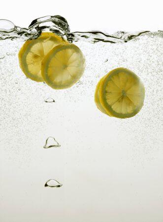 lemon slices: Fette di limone in acqua
