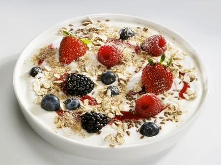 rolled oats: Yoghurt with berries, linseed, rolled oats and oat bran