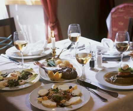 plato de pescado: Aperitivos y plato de pescado en la mesa sentado