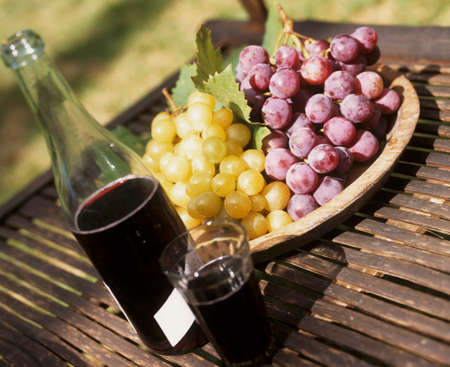 and grape juice: Still life with red grape juice and grapes