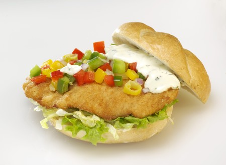 open topped: Escalope, salad, diced peppers and remoulade in bread roll LANG_EVOIMAGES
