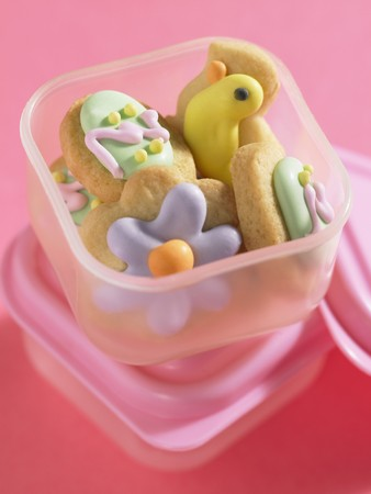 tupperware: Decorated Easter biscuits in plastic food storage box LANG_EVOIMAGES