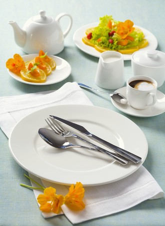 coffeepots: White place-setting with orange slices and coffee LANG_EVOIMAGES