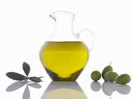foglie ulivo: L'olio d'oliva in caraffa, olive verdi e foglie di ulivo LANG_EVOIMAGES