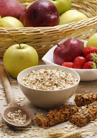 avena en hojuelas: Copos de avena, barritas de muesli, manzanas y fresas