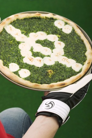 ec: Spinach pizza representing football pitch LANG_EVOIMAGES