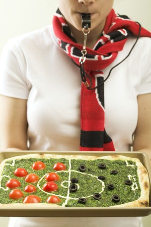 ec: Spinach pizza with tomatoes & olives (football pitch)