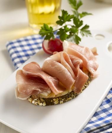 ham sandwich: Panino aperto prosciutto, ravanelli e birra