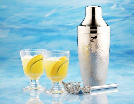 cocktail de fruits: Agrumes cocktail avec shaker et bar cr�pine