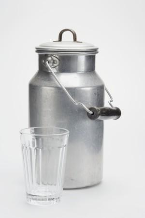 vaso vacio: Una lata de leche y un vaso vac�o