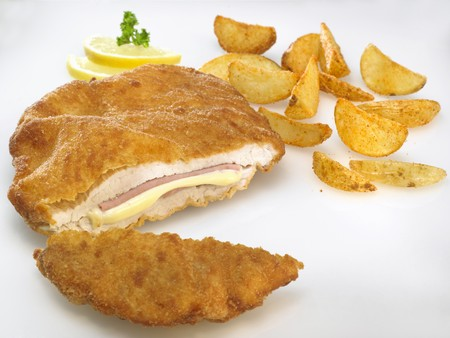 lemon slices: Pollo Cordon Bleu con fette di patate e fette di limone